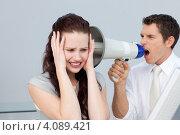 Купить «Начальник и подчиненная. Мужчина кричит в мегафон на испуганную девушку», фото № 4089421, снято 29 октября 2009 г. (c) Wavebreak Media / Фотобанк Лори