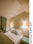 Интерьер спальник в зеленых тонах с широкой кроватью. Стоковое фото, фотограф Elnur / Фотобанк Лори