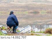 Купить «Рыбак ловит рыбу на пруду на удочки. Вид сзади», эксклюзивное фото № 4092797, снято 5 ноября 2012 г. (c) Игорь Низов / Фотобанк Лори