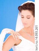 Купить «Счастливая невеста с кольцом на пальце на голубом фоне», фото № 4093261, снято 5 сентября 2009 г. (c) Syda Productions / Фотобанк Лори