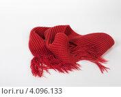 Красный вязаный шарф. Стоковое фото, фотограф Елена Дуванова / Фотобанк Лори