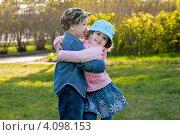 Маленькие мальчик и девочка обнимаются в парке (2012 год). Редакционное фото, фотограф Евстратенко Юлия Викторовна / Фотобанк Лори