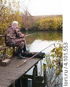 Купить «Мужчина ловит рыбу, сидя на мостке», эксклюзивное фото № 4101553, снято 19 октября 2012 г. (c) Игорь Низов / Фотобанк Лори
