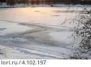 Люди на подледном лове на закате. Тонкий лед на пруду. Стоковое фото, фотограф Алексей Егоров / Фотобанк Лори