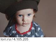 Маленькая девочка в военной фуражке. Стоковое фото, фотограф Евстратенко Юлия Викторовна / Фотобанк Лори