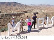 """Туристы на смотровой площадке рядом с буквами надписи """"Matmata"""", Tunisia (2012 год). Редакционное фото, фотограф Кекяляйнен Андрей / Фотобанк Лори"""