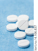 Купить «Белые таблетки на голубом фоне», фото № 4106837, снято 10 июля 2012 г. (c) CandyBox Images / Фотобанк Лори