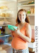 Купить «Беременная женщина  возле открытого холодильника», фото № 4110069, снято 7 июля 2012 г. (c) Яков Филимонов / Фотобанк Лори