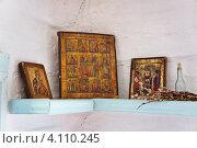 Купить «Домашний алтарь со старинными иконами в деревенской избе», фото № 4110245, снято 15 июля 2012 г. (c) Светлана Попова / Фотобанк Лори