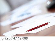 Документы и ручка на столе. Стоковое фото, фотограф Sergey Nivens / Фотобанк Лори
