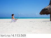Купить «Молодая женщина медитирует в позе лотоса на песочном пляже у моря», фото № 4113569, снято 23 января 2010 г. (c) Syda Productions / Фотобанк Лори