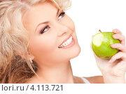 Купить «Молодая блондинка с твердым яблоком в руках на белом фоне», фото № 4113721, снято 21 ноября 2009 г. (c) Syda Productions / Фотобанк Лори