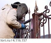 Купить «Сварщик за работой», фото № 4116157, снято 31 мая 2020 г. (c) Валерий Шилов / Фотобанк Лори