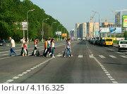 Купить «Люди переходят проезжую часть по пешеходному переходу», эксклюзивное фото № 4116325, снято 9 мая 2010 г. (c) Щеголева Ольга / Фотобанк Лори