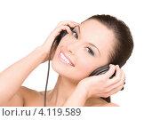 Купить «Привлекательная девушка слушает музыку в наушниках на белом фоне», фото № 4119589, снято 28 февраля 2010 г. (c) Syda Productions / Фотобанк Лори