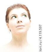 Привлекательная молодая женщина с обнаженными плечами на белом фоне. Стоковое фото, фотограф Syda Productions / Фотобанк Лори
