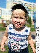 Маленький мальчик с цветным мелком на улице (2012 год). Редакционное фото, фотограф Александр  Зубцов / Фотобанк Лори