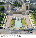Купить «Дворец Шайо и фонтан на площади Трокадеро в Париже. Франция», фото № 4121537, снято 31 июля 2012 г. (c) Олег Тыщенко / Фотобанк Лори