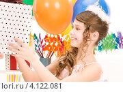 Купить «Маленькая девочка празднует день рождения с воздушными шарами и подарками», фото № 4122081, снято 27 марта 2010 г. (c) Syda Productions / Фотобанк Лори