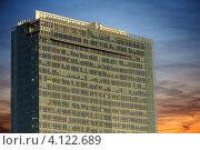 Современное офисное здание на фоне вечернего неба. Стоковое фото, фотограф Роберт Ивайсюк / Фотобанк Лори