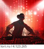 Купить «Силуэт диск-жокея за пультом, играющего в клубе на фоне огней светомузыки», фото № 4123265, снято 24 ноября 2017 г. (c) Sergey Nivens / Фотобанк Лори
