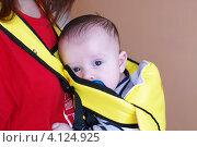Купить «Малыш в рюкзаке-кенгуру (3 месяца)», фото № 4124925, снято 17 декабря 2012 г. (c) ivolodina / Фотобанк Лори