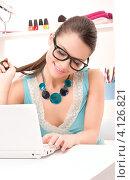 Купить «Счастливая молодая женщина с белым ноутбуком», фото № 4126821, снято 28 февраля 2010 г. (c) Syda Productions / Фотобанк Лори