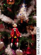 Купить «Деревянная игрушка щелкунчик на новогодней елке», фото № 4128897, снято 16 декабря 2012 г. (c) Константин Безденежных / Фотобанк Лори