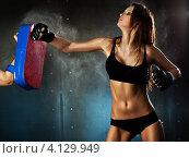 Купить «Девушка в чёрном спортивном купальнике на тренировке по боксу», фото № 4129949, снято 18 декабря 2011 г. (c) chaoss / Фотобанк Лори