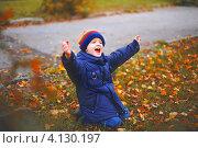 Маленький мальчик сидит на траве в парке и улыбается. Стоковое фото, фотограф Евстратенко Юлия Викторовна / Фотобанк Лори