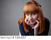 Рыжеволосая девушка на сером фоне. Стоковое фото, фотограф Logunov Maxim / Фотобанк Лори