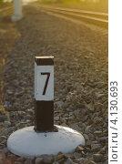 Пикетный столб возле железной дороги. Стоковое фото, фотограф Михаил Бессмертный / Фотобанк Лори