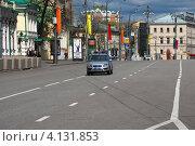 Купить «Полицейская машина идет по улице Новинский бульвар, Москва», эксклюзивное фото № 4131853, снято 30 апреля 2012 г. (c) lana1501 / Фотобанк Лори