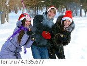 Купить «Парень и две девушки с хлопушками в руках веселятся в зимнем парке», фото № 4135677, снято 19 декабря 2012 г. (c) Эдуард Кислинский / Фотобанк Лори