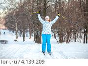 Купить «Девушка с поднятыми вверх руками с палками на лыжне», фото № 4139209, снято 22 декабря 2012 г. (c) Кекяляйнен Андрей / Фотобанк Лори