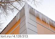 Купить «Сосульки на крыше здания», эксклюзивное фото № 4139513, снято 22 декабря 2012 г. (c) Елена Коромыслова / Фотобанк Лори