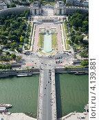 Купить «Мост через Сену и фонтан в парковом комплексе Трокадеро в Париже. Франция», фото № 4139881, снято 31 июля 2012 г. (c) Олег Тыщенко / Фотобанк Лори