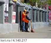 Купить «Дворники-гастарбайтеры работают на Ленинградском проспекте. Москва», эксклюзивное фото № 4140217, снято 30 апреля 2012 г. (c) lana1501 / Фотобанк Лори