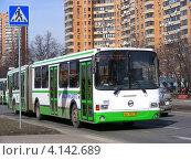 Купить «Городской автобус едет по улице Лавочкина. Головинский район. Москва», эксклюзивное фото № 4142689, снято 2 апреля 2010 г. (c) lana1501 / Фотобанк Лори