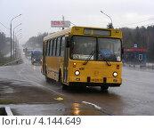 Купить «Автобус № 526 идет по улице Калужское шоссе, Московская область», эксклюзивное фото № 4144649, снято 23 апреля 2012 г. (c) lana1501 / Фотобанк Лори
