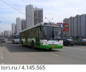 Купить «Автобус едет по Новокосинской улице. Район Новокосино.Москва», эксклюзивное фото № 4145565, снято 17 апреля 2012 г. (c) lana1501 / Фотобанк Лори