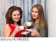 Купить «Две красивые девушки подружки пьют чай», эксклюзивное фото № 4149653, снято 15 декабря 2012 г. (c) Игорь Низов / Фотобанк Лори