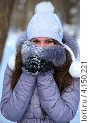 Купить «Девушка в зимней куртке и шапочке закрывает лицо меховым воротником», фото № 4150221, снято 19 декабря 2012 г. (c) Эдуард Кислинский / Фотобанк Лори