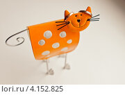 Забавный оранжевый металлический кот, подставка для колец. Обручальные кольца. Стоковое фото, фотограф Моисеева Ирина / Фотобанк Лори