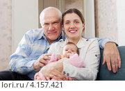 Купить «Пожилой мужчина и молодая женщина с ребенком», фото № 4157421, снято 16 декабря 2012 г. (c) Яков Филимонов / Фотобанк Лори