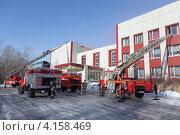 Купить «Пожарные автомобили возле здания», фото № 4158469, снято 13 декабря 2012 г. (c) А. А. Пирагис / Фотобанк Лори