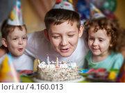 Мальчик задувает свечи на праздничном торте. Стоковое фото, фотограф Евстратенко Юлия Викторовна / Фотобанк Лори