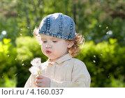 Маленькая девочка дует на одуванчик. Стоковое фото, фотограф Евстратенко Юлия Викторовна / Фотобанк Лори