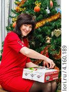 Купить «Счастливая женщина с подарком возле новогодней ёлки», эксклюзивное фото № 4160189, снято 1 января 2013 г. (c) Игорь Низов / Фотобанк Лори