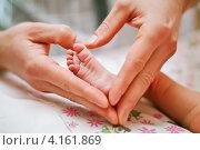Купить «Ножка новорожденного в папиных руках», фото № 4161869, снято 23 декабря 2012 г. (c) Ольга Денисова / Фотобанк Лори